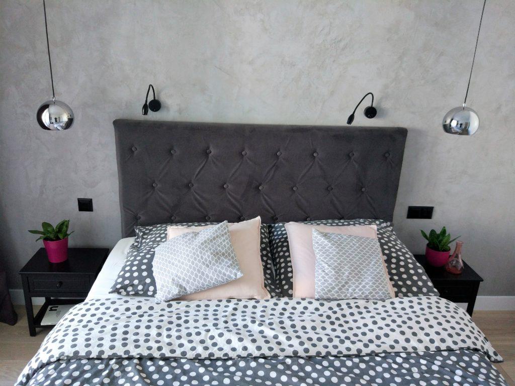 Ściana betonowa. Mikrocement - tynk strukturalny w sypialni