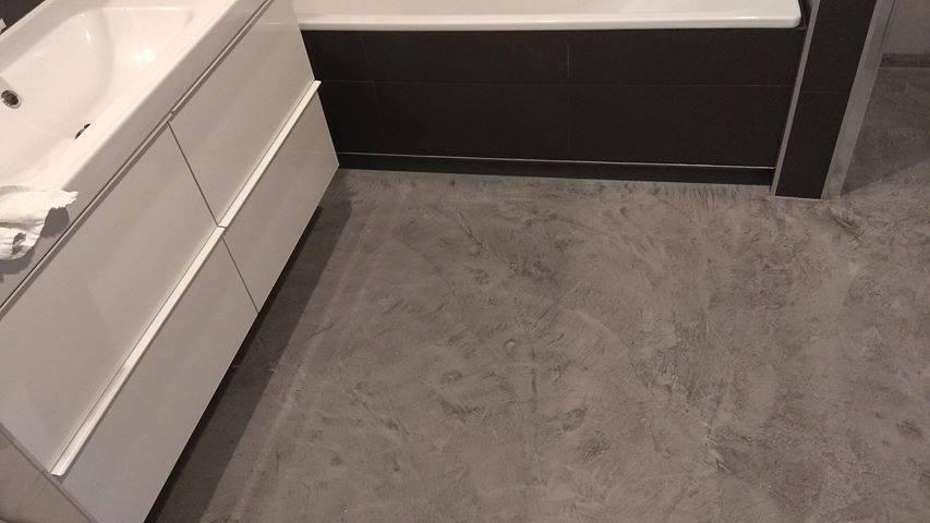 efekt betonu na posadzce w łazience