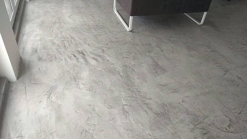 efekt betonu na podłodze w salonie