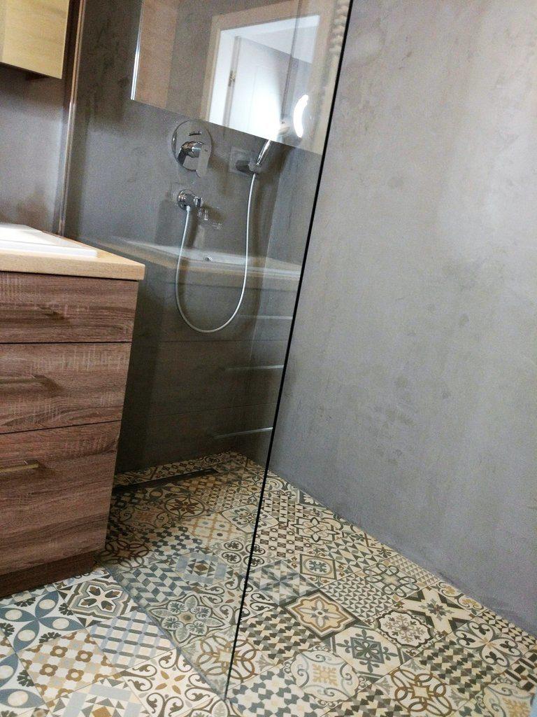 Ściana betonowa. Mikrocement - tynk strukturalny w łazience