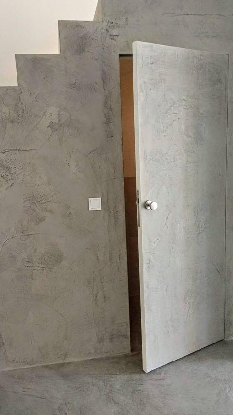betonowe drzwi pod schodami