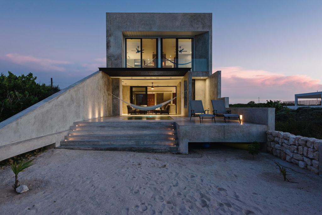 Betonowy dom na plaży