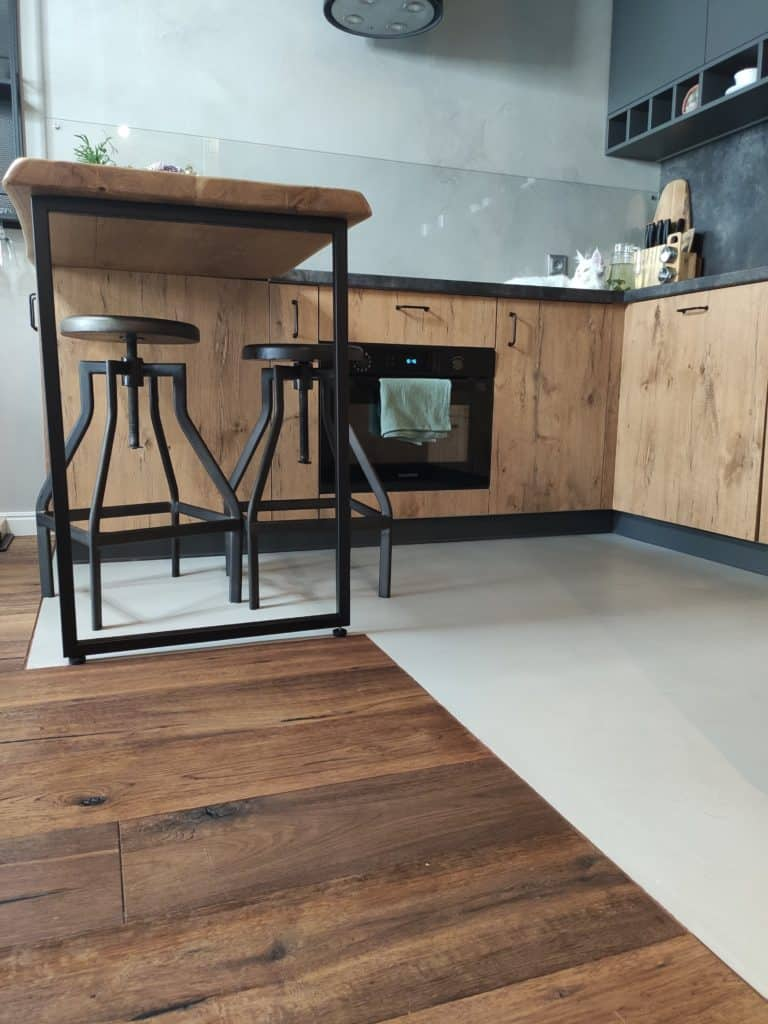 Wood and concrete in the kitchen