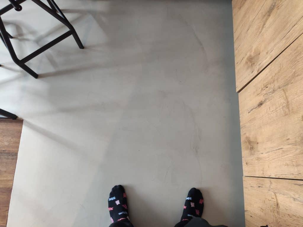 podłoga z mikrocementu w kuchni