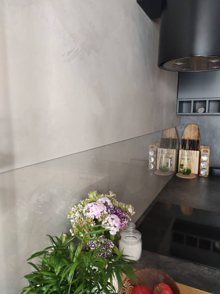 ściana z mikrocementu w kuchni