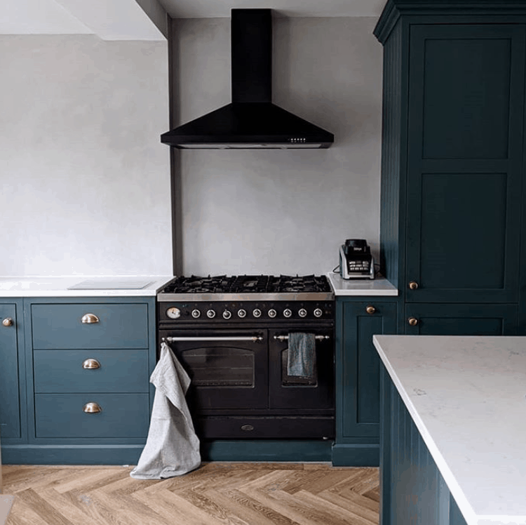 wooden parquet and microcement wall in the kitchen